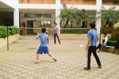 Shenzhen, Cina: studenti della scuola secondaria che giocano volano Fotografie Stock