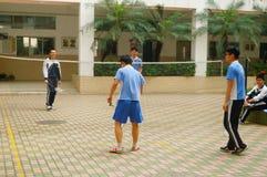 Shenzhen, Cina: studenti della scuola secondaria che giocano volano Immagine Stock Libera da Diritti