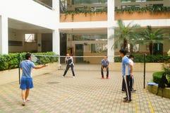 Shenzhen, Cina: studenti della scuola secondaria che giocano volano Fotografia Stock