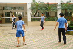 Shenzhen, Cina: studenti della scuola secondaria che giocano volano Fotografie Stock Libere da Diritti