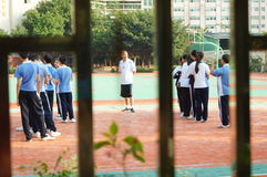 Shenzhen, Cina: studenti della scuola secondaria nella classe di educazione fisica Immagini Stock Libere da Diritti