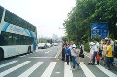 Shenzhen, Cina: traffico stradale urbano e paesaggio pedonale Fotografia Stock