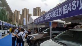 Shenzhen, Cina: Weekend le vendite dell'esposizione automatica, la gente sta guardando le automobili o le automobili d'acquisto Immagine Stock