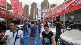 Shenzhen, Cina: Weekend le vendite dell'esposizione automatica, la gente sta guardando le automobili o le automobili d'acquisto Fotografia Stock Libera da Diritti