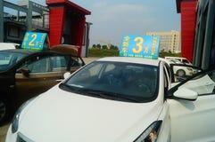 Shenzhen Kina: advertizingreklamationer för auto försäljningar att den nya bilen ska vara endast 20 tusen yuan som ska köras hem Arkivfoto