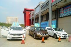 Shenzhen Kina: advertizingreklamationer för auto försäljningar att den nya bilen ska vara endast 20 tusen yuan som ska köras hem Royaltyfri Foto