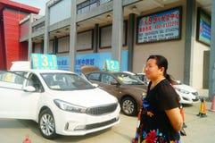 Shenzhen Kina: advertizingreklamationer för auto försäljningar att den nya bilen ska vara endast 20 tusen yuan som ska köras hem Royaltyfria Bilder