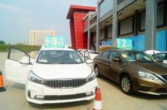 Shenzhen Kina: advertizingreklamationer för auto försäljningar att den nya bilen ska vara endast 20 tusen yuan som ska köras hem Arkivbilder