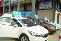 Shenzhen Kina: advertizingreklamationer för auto försäljningar att den nya bilen ska vara endast 20 tusen yuan som ska köras hem Royaltyfri Fotografi