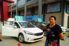 Shenzhen Kina: advertizingreklamationer för auto försäljningar att den nya bilen ska vara endast 20 tusen yuan som ska köras hem Royaltyfri Bild