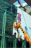Shenzhen Kina: arbetare i borttagningen av advertizingtecken Royaltyfri Bild