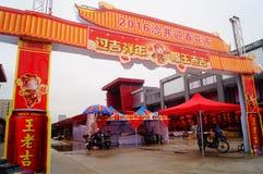 Shenzhen Kina: att att möta marknaden för blomma för vårfestival Arkivfoto