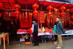 Shenzhen Kina: att att möta marknaden för blomma för vårfestival Arkivbilder