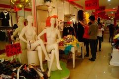 Shenzhen Kina: avfärdat klädlager bekläda försäljningar Royaltyfri Foto
