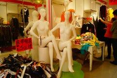 Shenzhen Kina: avfärdat klädlager bekläda försäljningar Arkivbilder