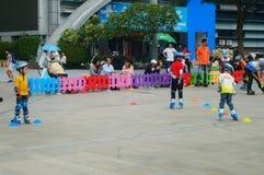 Shenzhen Kina: Barn öva att åka skridskor för rulle på sportarna kvadrerar fotografering för bildbyråer