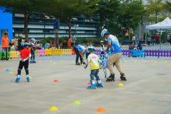 Shenzhen Kina: Barn öva att åka skridskor för rulle på sportarna kvadrerar arkivfoton