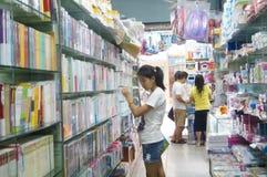 Shenzhen Kina: Bokhandels inre landskap Arkivbild