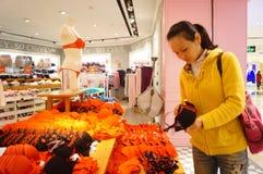 Shenzhen Kina: den kvinnliga underkläderna shoppar Royaltyfri Bild