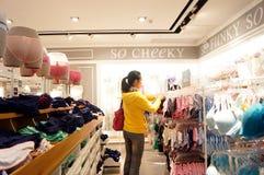 Shenzhen Kina: den kvinnliga underkläderna shoppar Arkivbild