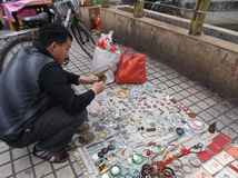 Shenzhen Kina: en man i köpet av antikviteten fotografering för bildbyråer