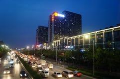 Shenzhen Kina: För vägtrafik för natt 107 landskap Arkivbild
