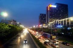 Shenzhen Kina: För vägtrafik för natt 107 landskap Royaltyfri Foto