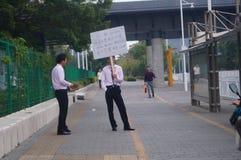 Shenzhen Kina: fastighetmarknad av hållande advertizingtecken för bostads- personal Fotografering för Bildbyråer