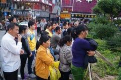 Shenzhen Kina: folk med handikapp i sjunga och tigga Royaltyfria Bilder