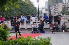 Shenzhen Kina: folk med handikapp i sjunga och tigga Arkivbild