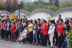 Shenzhen Kina: folk med handikapp i sjunga och tigga Royaltyfri Foto