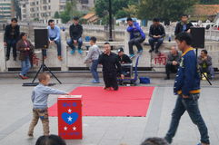 Shenzhen Kina: folk med handikapp i sjunga och tigga Royaltyfri Bild