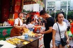Shenzhen Kina: gatamellanmålet shoppar Fotografering för Bildbyråer