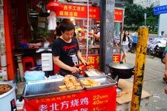 Shenzhen Kina: gatamellanmålet shoppar Royaltyfri Fotografi