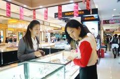 Shenzhen Kina: guld- smyckenräknare Royaltyfri Fotografi