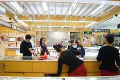 Shenzhen Kina: guld- smyckenräknare Royaltyfria Bilder