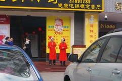 Shenzhen Kina: Jul unga kvinnor som bär den Santa Claus dräkten Arkivbild