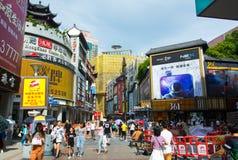 Shenzhen Kina - Juli 16, 2018: Den upptagna Dong Men Pedestrian gatan i det gamla Shenzhen stadsområdet trängde ihop med folk Arkivfoto