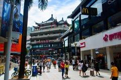 Shenzhen Kina - Juli 16, 2018: Dong Men Pedestrian gata i t Royaltyfria Bilder