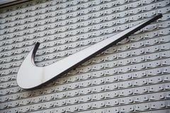 Shenzhen Kina - Juni 24, 2016: Nike märkeslogo Nike är en globa royaltyfri foto