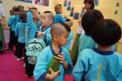 Shenzhen Kina: Kina barn bär den forntida dräkten Arkivfoto