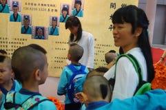 Shenzhen Kina: Kina barn bär den forntida dräkten Royaltyfria Foton