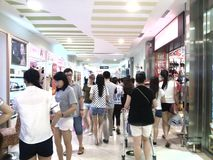 Shenzhen Kina: Landskap för helgshoppingPlaza Royaltyfri Bild