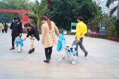 Shenzhen Kina: Lotus Hill parkerar besökare Arkivfoton