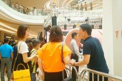 Shenzhen Kina: mannen och kvinnliga fans väntar för att hålla ögonen på den Hong Kong aktrins Myolie Wu D Royaltyfri Foto
