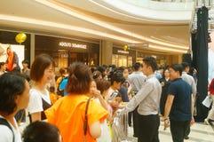 Shenzhen Kina: mannen och kvinnliga fans väntar för att hålla ögonen på den Hong Kong aktrins Myolie Wu D Royaltyfria Foton