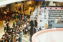 Shenzhen Kina: mannen och kvinnliga fans väntar för att hålla ögonen på den Hong Kong aktrins Myolie Wu D Royaltyfria Bilder