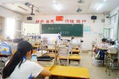 Shenzhen Kina: mellanstadiumklassrum Arkivfoto