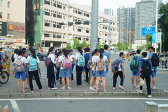 Shenzhen Kina: mellanstadiumstudenter går hem på väghemmet Arkivbilder