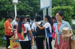 Shenzhen Kina: mellanstadiumstudenter går hem på väghemmet Royaltyfri Foto
